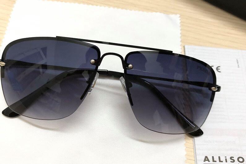 Kính Prada sử dụng mặt kính bằng kính